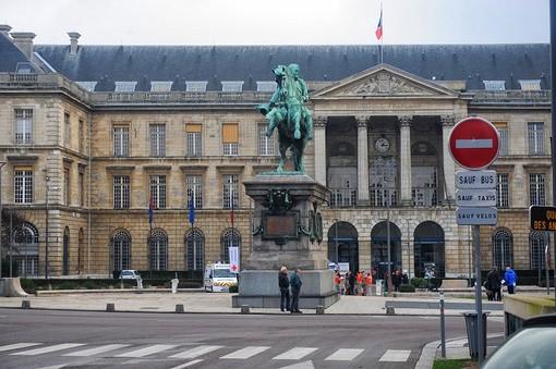 Rouen la statua di Napoleone davanti al Municipio