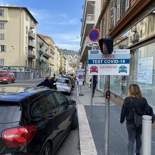 Test per il Covid lungo le strade di Nizza nella primavera del 2020