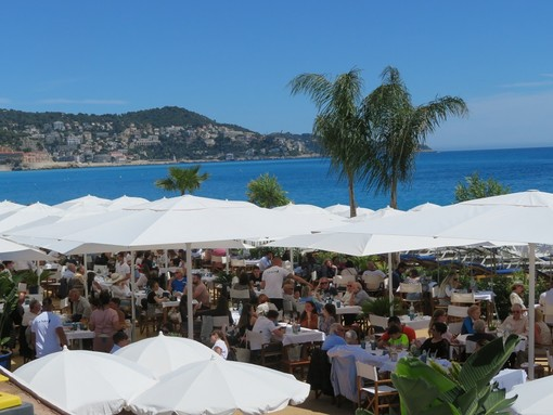 Un ristorante sulla spiaggia a Nizza