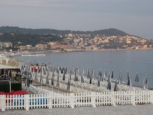 Niente alcol e spiagge chiuse di notte nel fine settimana: a Nizza rispolverata una vecchia ordinanza