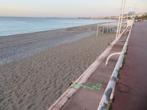 """La striscia che indica i """"confini"""" di una spiaggia privata a Nizza"""