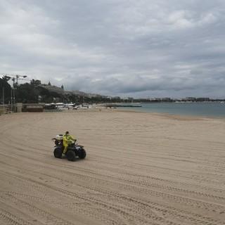 Sanificazione di una spiaggia a Cannes