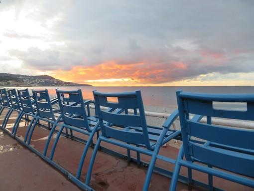 Sedie vuote sulla Promenade des Anglais