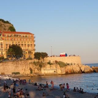 Tramonto su una spiaggia di Nizza