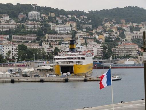 Porto di Nizza, traghetto all'imbarco
