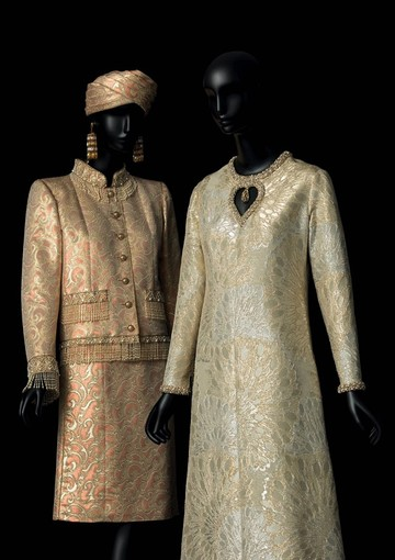À gauche: Tailleur de soir court , collection haute couture printemps - été 1982. À droite: Robe de soir long, collection haute couture automne - hiver 1969, Musée Yves Saint. © Yves Saint Laurent