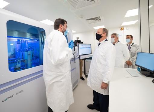Alberto II ha inaugurato apparecchiature che consentono al Principato di essere più autonomo in termini di screening PCR, cioè dei virus