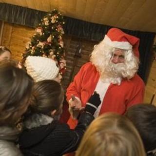 Babbo Natale apre il suo ufficio anche nel Principato di Monaco. Il Covid non ferma la magia della festa per i più piccoli