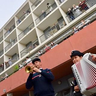 Concerto dei pompieri, la scorsa primavera, in una casa di riposo a Nizza