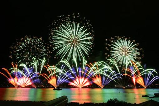 Tanti fuochi d'artificio lungo la Costa Azzurra
