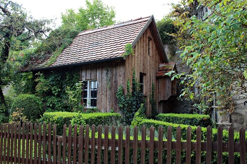 Casette in legno per decorare il giardino con eleganza