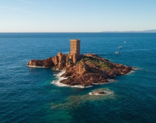La storia dell'Isola d'Oro di Saint-Raphaël, merce di scambio in una serata erotica ed oggi residenza estiva dei Bureau